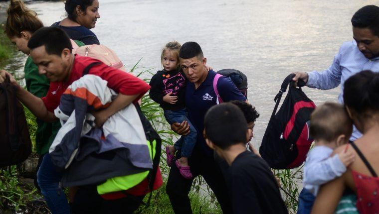 Cientos de personas cruzan el río Suchiate en San Marcos, Guatemala para llegar a México y continuar su viaje hacia Estados Unidos. Foto Prensa Libre: AFP