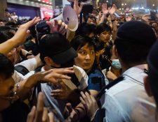 El activista independentista Wayne Chan (al centro) reacciona con los organizadores de la protesta durante un mitin contra una controvertida propuesta de ley de extradición en Hong Kong. (Foto Prensa Libre: AFP)