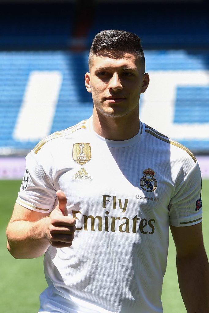 El delantero serbio Luka Jovic fue presentado sin dorsal y el jugador indicón que el número no juega al futbol y que no es importante. (Foto Prensa Libre: AFP)