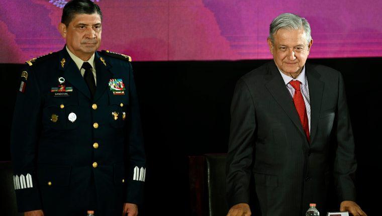 El secretario mexicano de la Defensa Nacional, Luis Cresencio Sandoval y el el presidente Andrés Manuel López Obrador militarizan la frontera. (Foto Prensa Libre: AFP)