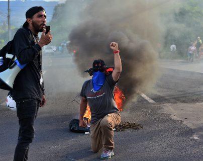 Varias personas participan en protesta contra el gobierno del presidente hondureño Juan Orlando Hernández por medidas que dicen que privatizarán los servicios de salud y educación. (Foto Prensa Libre: AFP)