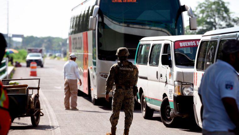 Oficiales mexicanos revisan autobuses para detectar a migrantes ilegales. (Foto Prensa Libre. AFP)