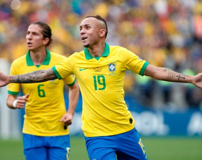 Así celebró Everton en el partido de Brasil contra Perú. (Foto Prensa Libre: AFP)