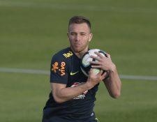 Arthur, durante el entrenamiento de Brasil. (Foto Prensa Libre: AFP)