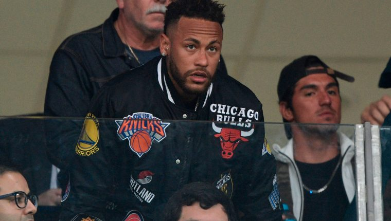 Neymar está en el banquillo de espera para llegar al Barcelona. Su retorno al parecer está muy cerca. (Foto Pensa Libre: AFP)