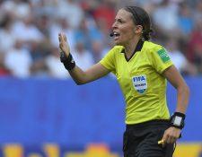 La francesa Stephanie Frappart asegura que solo hará su trabajo, como siempre. (Foto Prensa Libre: AFP)