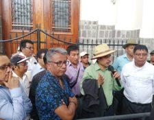 Autoridades de Nahualá salen de la Casa Presidencial luego de reunión. (Foto Prensa Libre: María René Barilla).