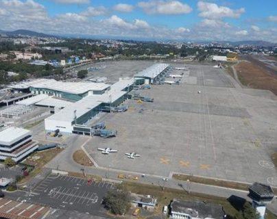 El proyecto para modernizar el aeropuerto incluye trabajos en la terminal de pasajeros. (Foto Prensa Libre: Hemeroteca)