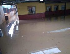El centro de votaciones ubicado en una escuela de Santa Cruz Verapaz, en Alta Verapaz, tendrá que ser trasladado porque se inundó por las fuertes lluvias del viernes. (Foto Prensa Libre: Julio Sicán)