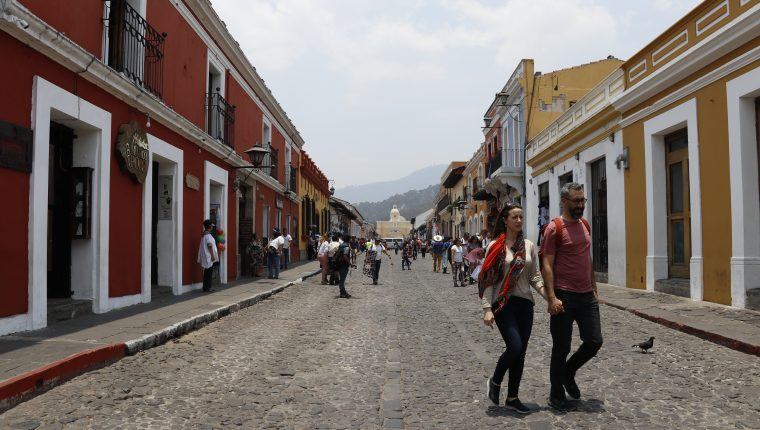 Con el 10% de los ingresos por remesas anual que se ahorren, pueden financiar proyectos en servicios turísticos en Antigua Guatemala, recomienda estudio de Cepal y Asíes. (Foto Prensa Libre: Hemeroteca)