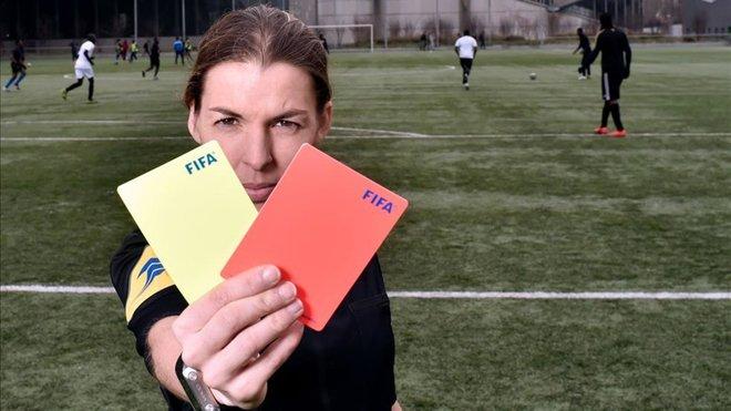 Stéphanie Frappart, es la única mujer árbitro en la Ligue 1 de Francia. (Foto Prensa Libre: Redes)