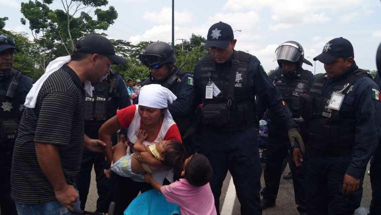 Ante la mirada aterrada de sus hijos, una migrante centroamericana es capturada por agentes mexicanos en Tapachula, México. (Foto Prensa Libre: EFE)
