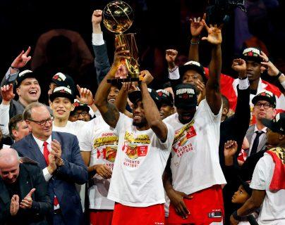 Jugadores de los Raptors de Toronto levantan la copa que los acredita como campeones de la NBA 2019. (Foto Prensa Libre: AFP).