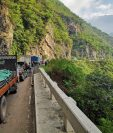 Fila de vehículos por el bloqueo en el kilómetro 301 de la ruta Interamericana, en Huehuetenango. (Foto Prensa Libre: Cortesía Fausto González Cano).