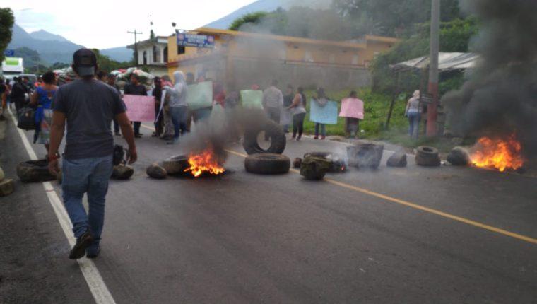 Pobladores inconformes con los resultados de las elecciones electorales, queman llantas en el km 174 de la ruta Cito Zarco. (Foto Prensa Libre: Rolando Miranda)