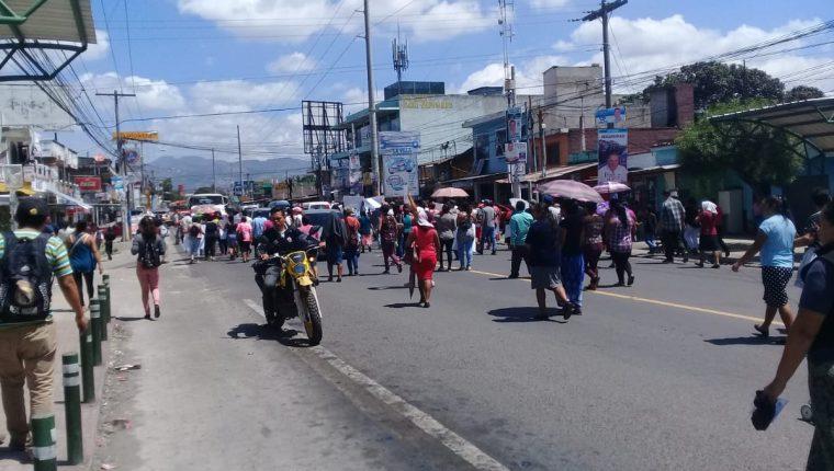 Vecinos se manifiestan en San Miguel Petapa. (Foto Prensa Libre: La Red).