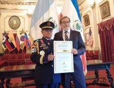 José Martín Racancoj recibió un diploma que lo acredita como Ciudadano Distinguido de Quetzaltenango. (Foto Prensa Libre: María Longo)