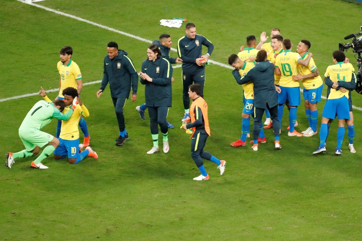 Brasil rompe el maleficio y se clasifica a semis, tras vencer a Paraguay