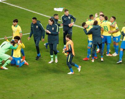 Jugadores de Brasil festejan al ganar en la serie de tiros penaltis, durante el partido contra Paraguay de cuartos de final de la Copa América en el Estadio Arena do Grêmio. (Foto Prensa Libre: EFE).