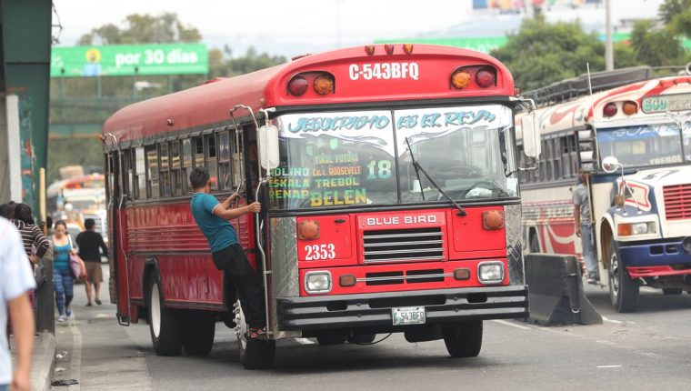 Ensayos del funcionamiento de los protocolos sanitarios para evitar la propagación del coronavirus también se harán en los buses rojos. (Prensa Libre: Hemeroteca PL)