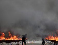 Policías queman varias pilas de drogas en Birmania. (Foto Prensa Libre: EFE)