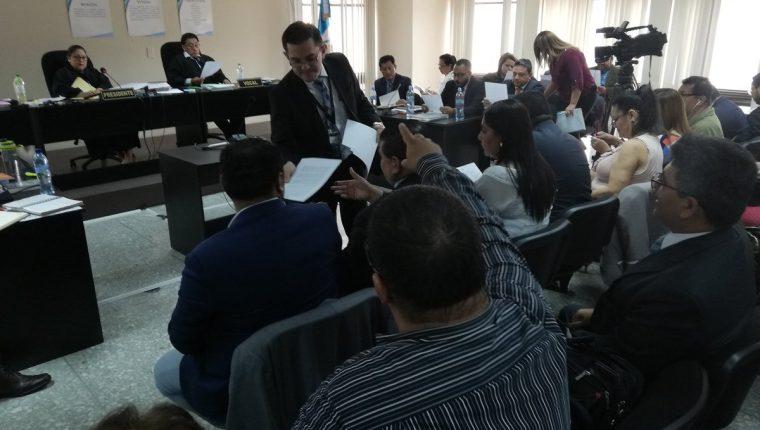 El fiscal Carlos de León entrega a las partes el resumen de sus pruebas nuevas. (Foto Prensa Libre: Kenneth Monzón)