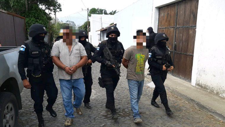 Dos de los presuntos secuestradores capturados en Antigua Guatemala. (Foto Prensa Libre: PNC).