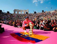 El ecuatoriano Richard Carapaz (Movistar) rompió todos los pronósticos anteriores a la disputa del Giro de Italia al convertirse este domingo en Verona en el primer ciclista de su país en ganar una Gran Vuelta por etapas (Foto Prensa Libre: AFP)