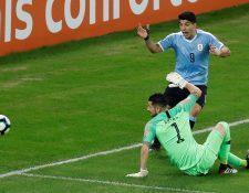 El arquero de Chile Gabriel Arias disputa el balón con Luis Suárez de Uruguay. (Foto Prensa Libre: EFE)