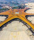 El nuevo Aeropuerto Internacional de Pekín – Daxing se asemeja a una enorme estrella de mar brillante, con el que se pretende acomodar el creciente tráfico aéreo en China. (Foto Prensa Libre: AFP)
