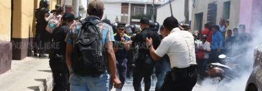 Pobladores de La Unión inconformes con resultados de las alecciones se enfrentan a la PNC. (Foto Prensa Libre: Mario Morales).