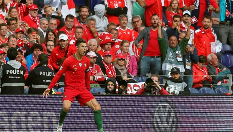 El portugués Cristiano Ronaldo celebra luego de anotar un gol durante la semifinal de la Liga de Naciones de la UEFA entre Portugal y Suiza. (Foto Prensa Libre: EFE)