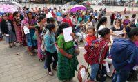 Familias acudieron desde las 6 horas para colocarse en la fila y obtener el vale canjeable por alimentos. (Foto Prensa Libre: María Longo)