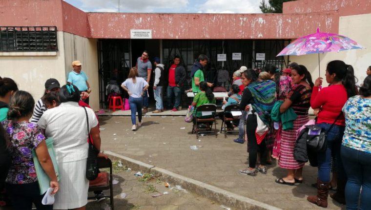 Este lunes se entregaron cupones de Q200 a beneficiados por el hambre estacionaria en Quetzaltenango. (Foto Prensa Libre: María Longo)