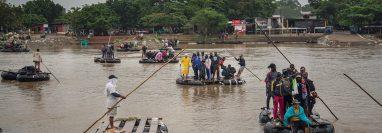 Migrantes cruzan el río Suchiate, en Chiapas, México, el 31 de mayo de 2019. (Foto Prensa Libre: EFE).
