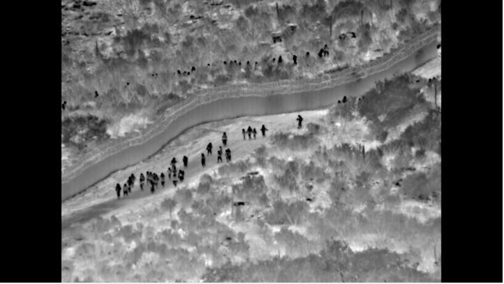 Momento en el que migrantes centroamericanos cruzan la frontera en Arizona. (Foto Prensa Libre: @CBPArizona).