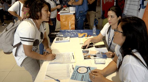 En búsqueda de un trabajo para ayudar a su familia, Sara Yupe asiste a feria de empleo