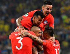 Los jugadores de Chile, celebran el triunfo después de vencer a Colombia por la vía de los penaltis. (Foto Prensa Libre: AFP)