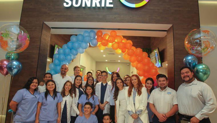 Personal administrativo de Sonríe estuvo presente en la apertura de la clínica en el comercial Parque Las Américas. Foto cortesía Clínicas Sonríe.