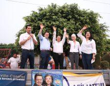 Julio Héctor Estrada expresidenciable de Creo saluda junto a diputados electos y reelectos de lesa agrupación a simpatizantes durante un mitin de campaña electoral.  (Foto Prensa Libre: Cortesía)