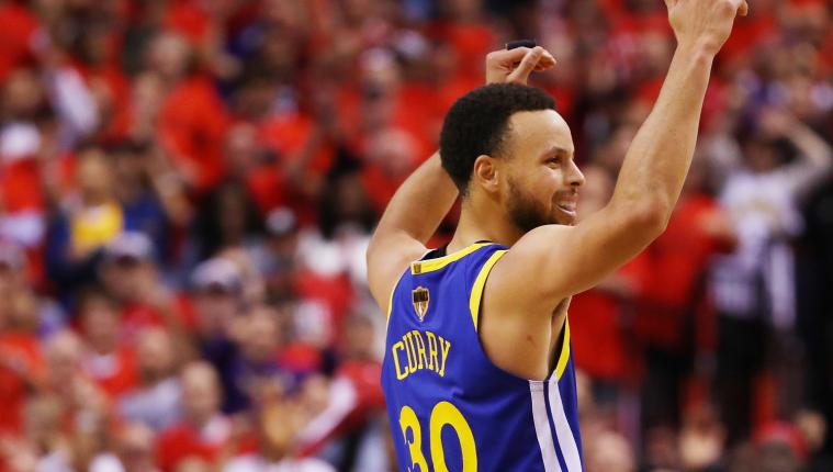 Stephen Curry fue determinante para que los Warriors ganaran el quinto partido de la NBA. (Foto Prensa Libre: AFP)