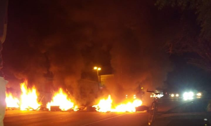 Hondureños en protesta contra hernández mantienen el país en el caos. (Foto Prensa Libre: Tomada de @Notibomba)