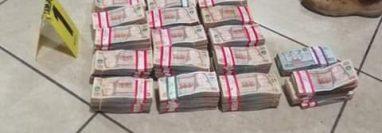 Parte del dinero decomisado en San Rafael Petzal, Huehuetenango. (Foto Prensa Libre: PNC).