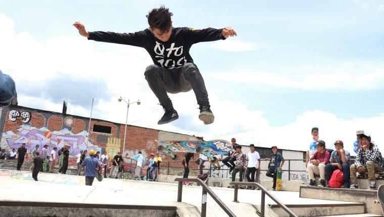 Los skater realizaron sus mejores rutinas para ganar los primeros lugares de la competencia regional de patineta. (Foto Prensa Libre: Raúl Juárez)