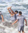 En el último día de trabajos los jugadores tuvieron un momento para nadar a la orilla del mar. (Foto Prensa Libre: Raúl Juárez)