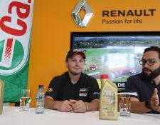 El piloto guatemalteco Andrés Lush Saravia (izquierda), durante la presentación de la segunda fecha Brand Prix. (Foto Prensa Libre: Francisco Sánchez).