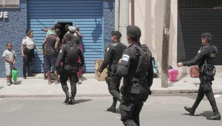 La Policía Nacional Civil se presentó al albergue de Migración en la zona 5 debido a una protesta de migrantes. Foto Prensa Libre: Luisa Laguardia.