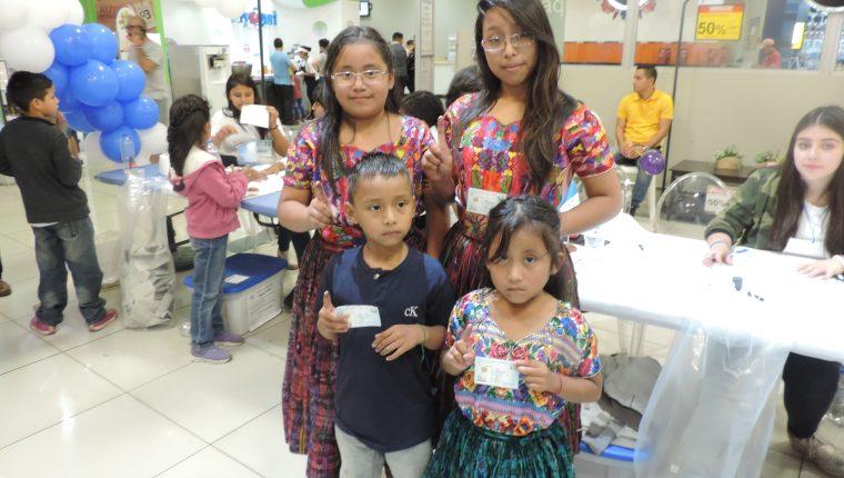 Los hermanos Xuyá  llegaron de Chinautla a emitir su voto en Cemaco del Centro Comercial Portales.  (Foto Prensa Libre: Ingrid Reyes)