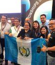 Dulce Barrera, tres veces campeona de catación en Guatemala, quedó en cuarto lugar en Copa Mundial de Café que se llevó a cabo en Alemania, la acompañan amigos y fundadores del Beneficio Buena Vista donde labora. (Foto Prensa Libre: Cortesía)