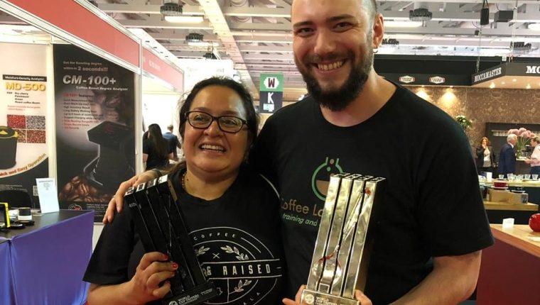La catadora guatemalteca, Dulce Barrera junto al irlandés, Daniel Horbat, ganador de la Copa Mundial de Café 2019. (Foto Prensa Libre: Cortesía)